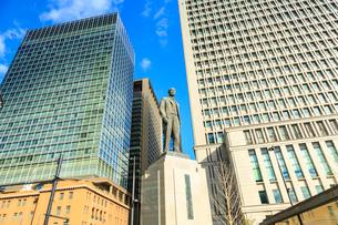東京駅丸の内駅前の銅像の写真素材 [FYI01485862]