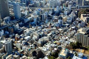 東京タワー展望台より望む麻布方面の街並の写真素材 [FYI01486163]