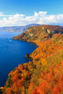 秋の十和田湖 御倉半島の写真素材 [FYI01486351]