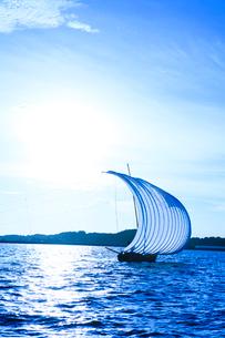 霞ヶ浦帆引き船と太陽の写真素材 [FYI01486447]