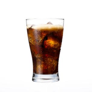 グラスに入ったコーラの写真素材 [FYI01486582]