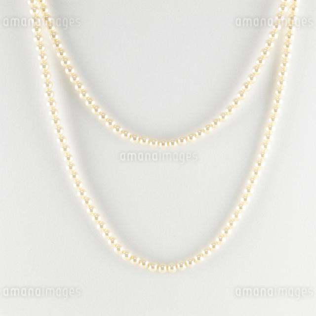 白い背景の真珠のネックレスの写真素材 [FYI01486791]