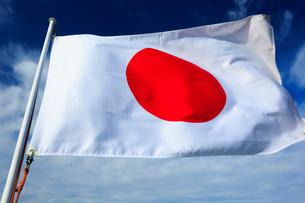 風になびく日本の国旗の写真素材 [FYI01486810]