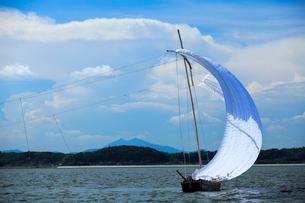 霞ヶ浦帆引き船と筑波山の写真素材 [FYI01486969]
