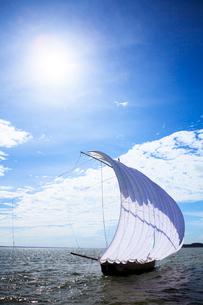 霞ヶ浦帆引き船と太陽の写真素材 [FYI01486980]