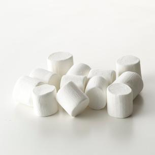 白い背景のマシュマロの写真素材 [FYI01487014]