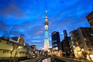 東京スカイツリーのライトアップの写真素材 [FYI01487318]