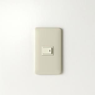 白い壁の電気スイッチの写真素材 [FYI01487344]