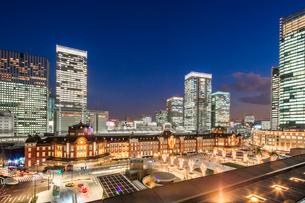 東京駅丸の内新駅前広場とビル群の夜景の写真素材 [FYI01487348]