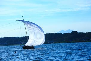 霞ヶ浦帆引き船と筑波山の写真素材 [FYI01487544]