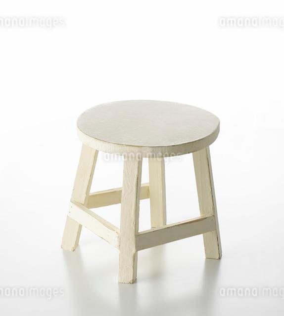 白い背景の白い椅子の写真素材 [FYI01487886]