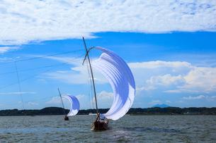 霞ヶ浦帆引き船と筑波山の写真素材 [FYI01488117]