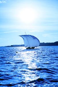 霞ヶ浦帆引き船と太陽の写真素材 [FYI01488129]