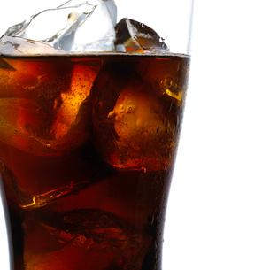 グラスに入ったコーラの写真素材 [FYI01488156]