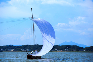 霞ヶ浦帆引き船と筑波山の写真素材 [FYI01488206]