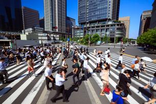 東京駅 朝の通勤風景の写真素材 [FYI01488273]
