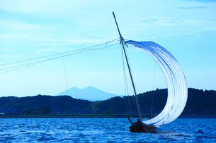 霞ヶ浦帆引き船と筑波山の写真素材 [FYI01488324]