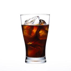 グラスに入ったコーラの写真素材 [FYI01488353]