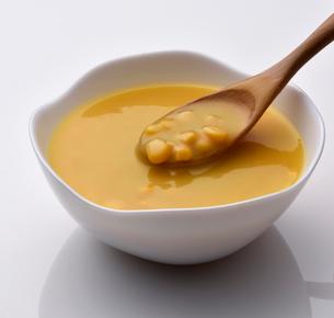 器に盛ったコーンスープの写真素材 [FYI01488474]