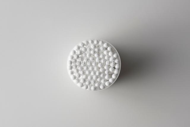 白い背景の綿棒の写真素材 [FYI01488579]