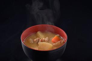 湯気の上がる豚汁の写真素材 [FYI01488749]
