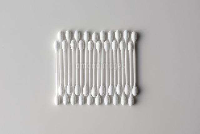 白い背景の綿棒の写真素材 [FYI01488837]