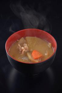 湯気の上がる豚汁の写真素材 [FYI01488959]