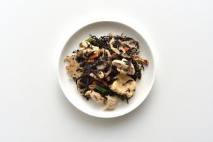 上からみたひじきの煮物の写真素材 [FYI01489116]