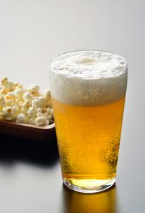 ビールとポップコーンの写真素材 [FYI01489117]