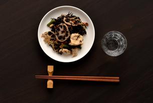ひじきの煮物と日本酒の写真素材 [FYI01489157]