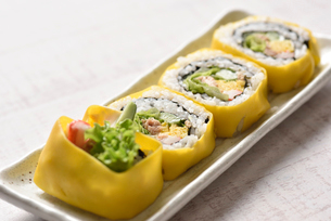 皿に盛った巻き寿司の写真素材 [FYI01489171]