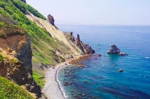 断崖続く赤岩の海岸の写真素材 [FYI01489179]