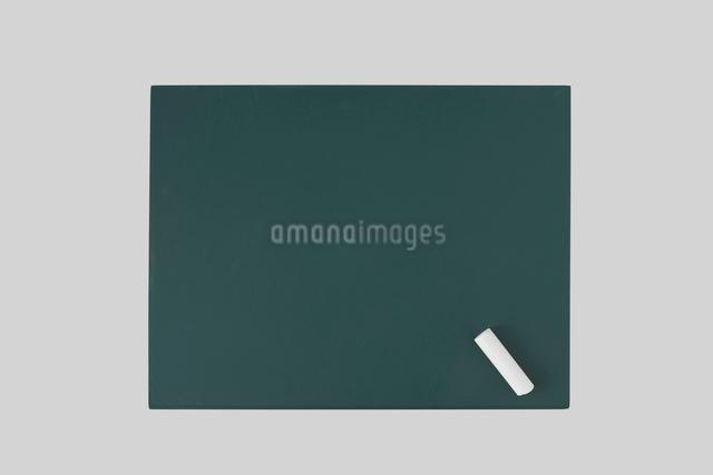 真上から見た黒板とチョークの写真素材 [FYI01489246]