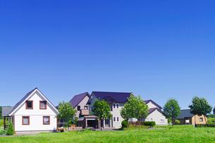 郊外のモダンな住宅の家並みの写真素材 [FYI01489393]