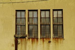 古い建物の錆びた鉄柵のある窓の写真素材 [FYI01489501]