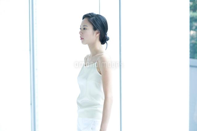 横向きの黒髪の女性の写真素材 [FYI01489559]