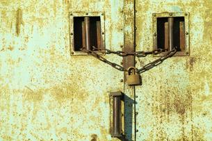 南京錠と鎖の掛かった金属性の倉庫の扉の写真素材 [FYI01489599]