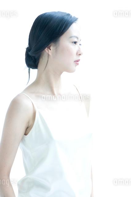 横向きの黒髪の女性の写真素材 [FYI01489605]