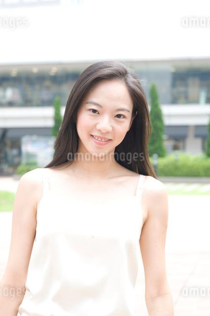 白いキャミソールを着た長い黒髪の女性の写真素材 [FYI01489636]