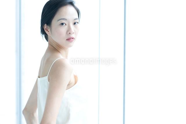 後ろを振り向く黒髪の女性の写真素材 [FYI01489638]
