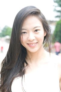 白いキャミソールを着た長い黒髪の女性の写真素材 [FYI01489662]
