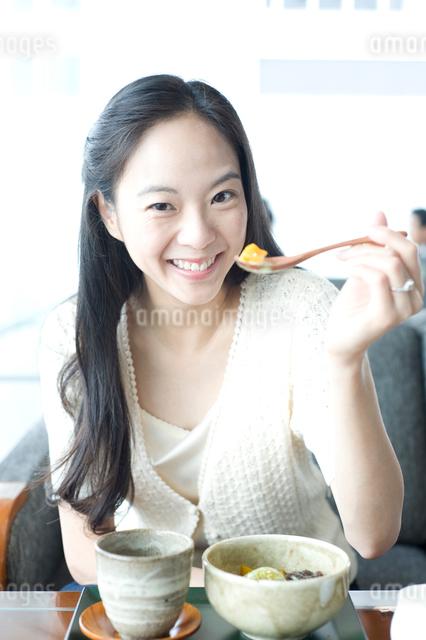 あんみつを食べる女性の写真素材 [FYI01489664]