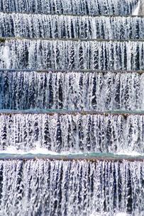 階段流水路の清冽な流れの写真素材 [FYI01489690]