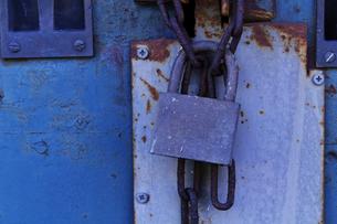 倉庫の扉の南京錠の写真素材 [FYI01489802]