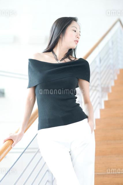 長い黒髪の女性の写真素材 [FYI01489842]