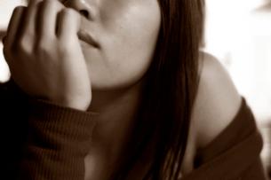 頬づえをつく女性の写真素材 [FYI01489851]
