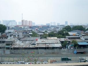 スラムと栄える街の写真素材 [FYI01489860]