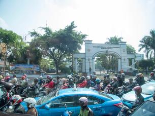 インドネシア 出勤ラッシュの写真素材 [FYI01489915]