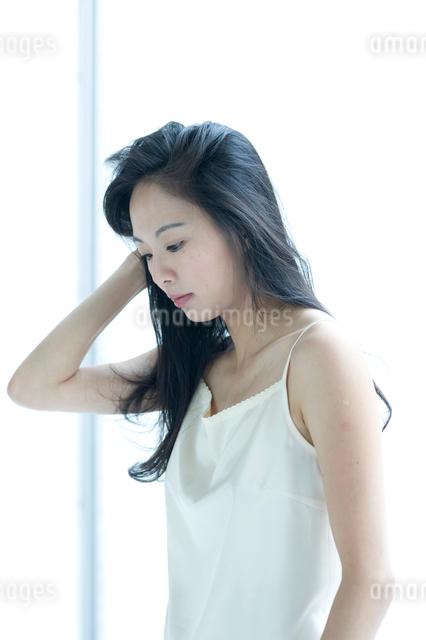下向きかげんの長い黒髪の女性の写真素材 [FYI01489991]