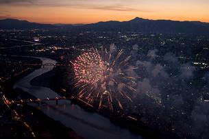 空撮:長良川花火夕景の写真素材 [FYI01489996]